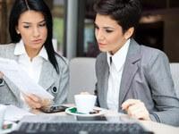 נשים בפגישת עבודה הנוגעת להלוואה לקניית עסק