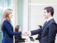 אנשי עסקים לוחצים ידיים לאחר קבלת הלוואה