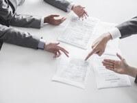אנשי עסקים חותמים על הלוואה