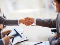 שני אנשי עסקים לוחצים ידיים במסגרת הסכם קרנות מימון